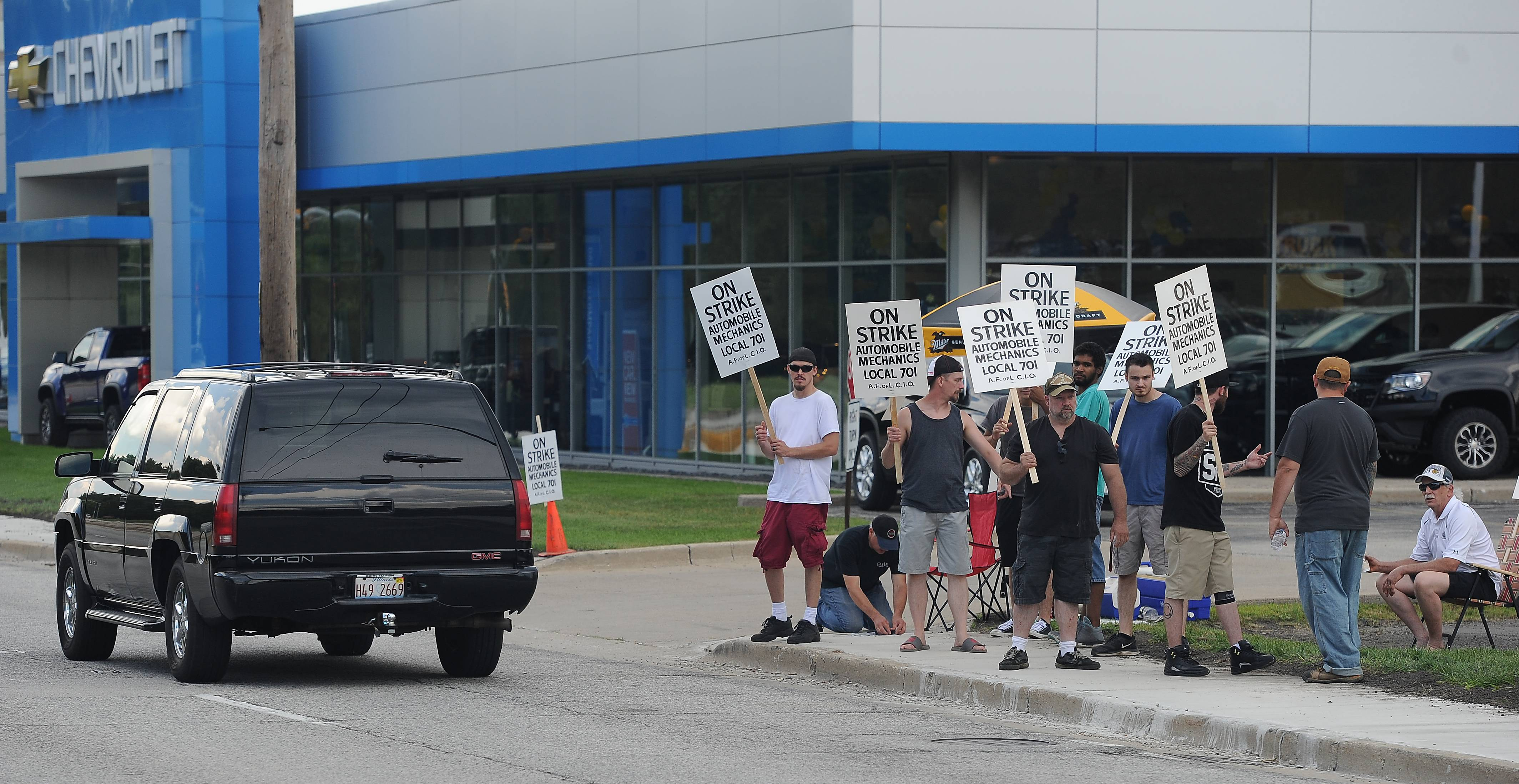 Union 701 auto mechanics continue picketing at new car dealerships across the suburbs, including at Castle Chevrolet in Elk Grove Village. Negotiations are expected to continue Thursday.