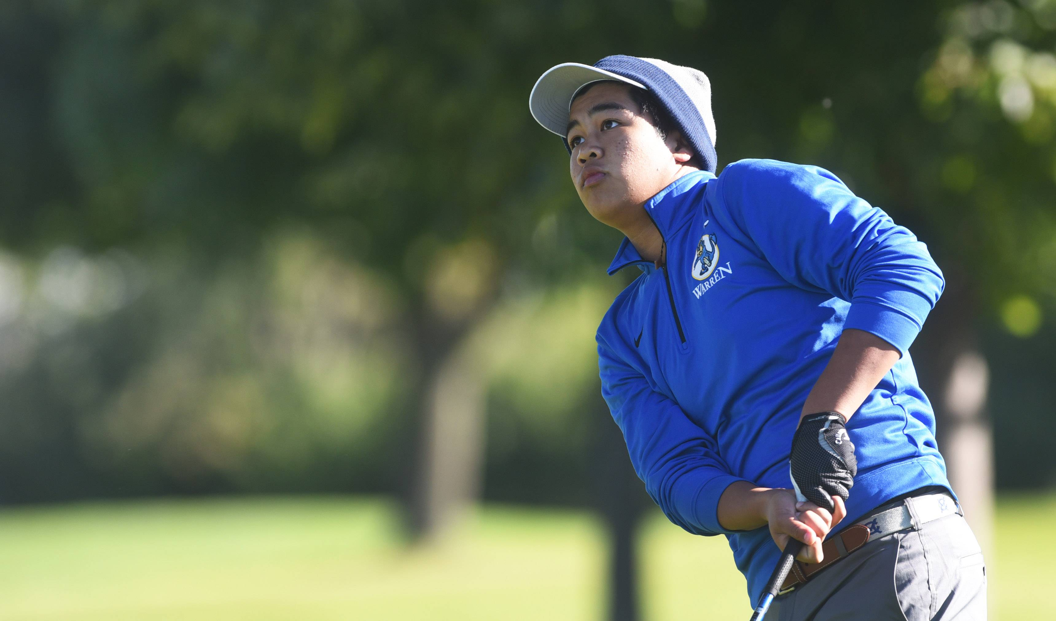 Warren's Karl Tolentino watches a tee shot during the North Suburban Conference meet at Willow Glen last fall.
