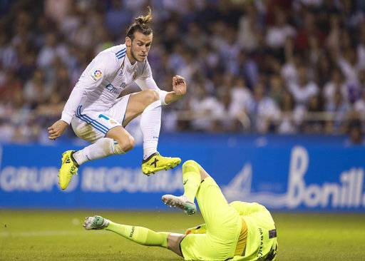 Real Madrid's Gareth Bale and Deportivo's Goalkeeper Ruben in action during a Spanish La Liga soccer match between Deportivo and Real Madrid at the Riazor stadium in Coruna, Spain, Sunday, Aug. 20, 2017. (AP Photo/Lalo R. Villar)