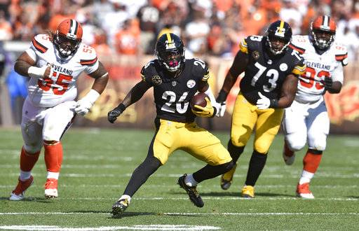 Pittsburgh Steelers running back Le'Veon Bell (26) runs for a first down during the second half of an NFL football game against the Cleveland Browns, Sunday, Sept. 10, 2017, in Cleveland. (AP Photo/David Richard)