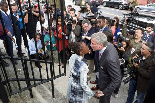New York Mayor Bill de Blasio kisses his wife Chirlane McCray after they both voted in the Democratic primary, Tuesday, Sept. 12, 2017, in the Brooklyn borough of New York. The mayor then held a news conference. The mayor faces a crowded primary field, but no challengers with his organizing power or financial muscle, as he seeks a second term as the leader of the country's largest city. (AP Photo/Mark Lennihan)
