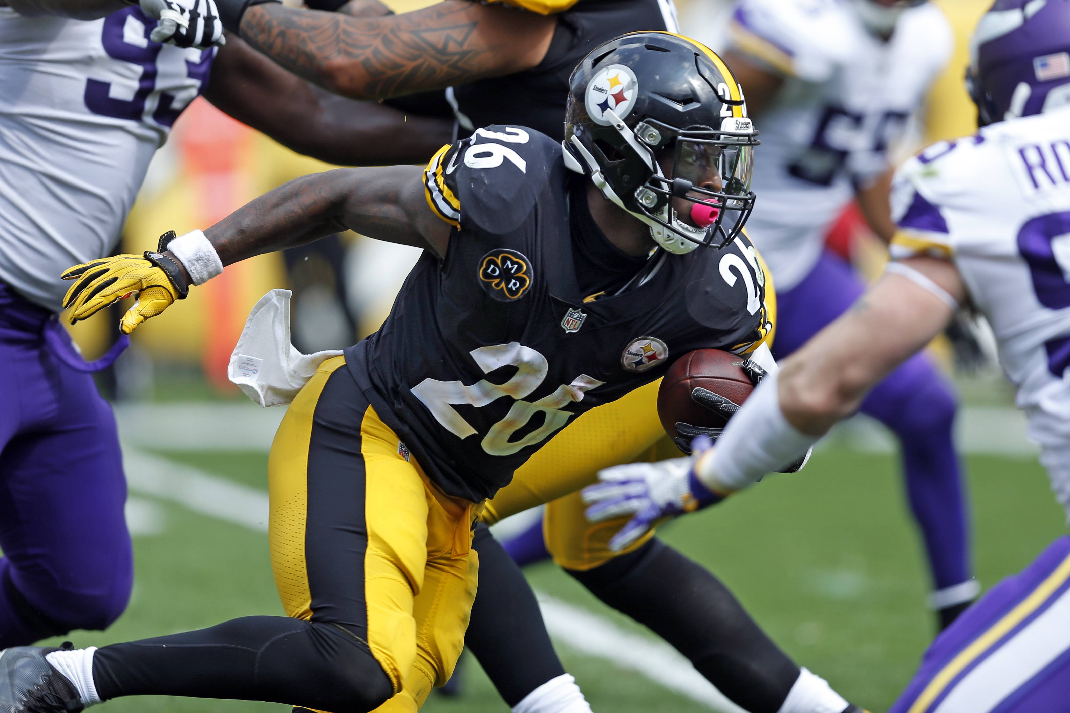 Pittsburgh Steelers running back Le'Veon Bell (26) carries the ball during the first half of an NFL football game against the Minnesota Vikings in Pittsburgh, Sunday, Sept. 17, 2017. (AP Photo/Keith Srakocic)