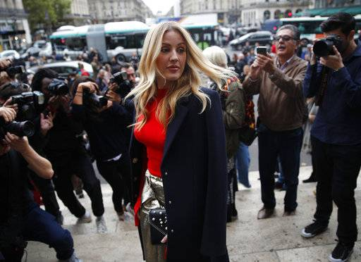 British singer Ellie Goulding arrives at Stella McCartney's Spring-Summer 2018 ready to wear fashion collection in Paris, Monday, Oct.2, 2017.