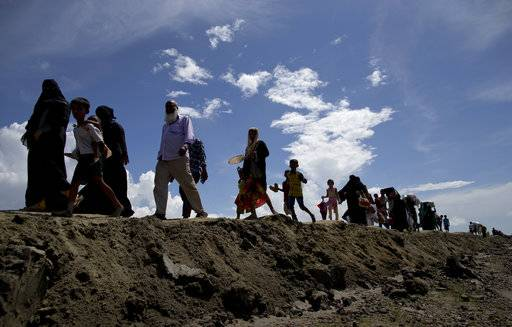 Newly arrived Rohingya Muslims from Myanmar walk as they continue their journey in to a camp for refugees in Teknaf, Bangladesh, Monday, Oct. 02, 2017.