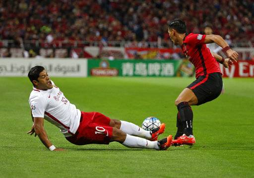 Shanghai SIPG's Hulk of Brazil, left, and Urawa Reds' Tomoaki Makino vie for the ball in the second leg of their Asian Champions League semifinal soccer match in Saitama, Wednesday, Oct. 18, 2017.(AP Photo/Shuji Kajiyama)