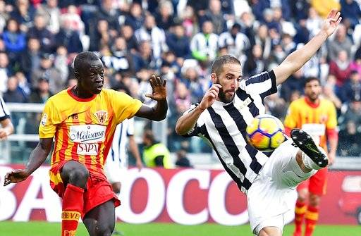 Juventus' Gonzalo Higuain, right, scores a goal during the Italian Serie A soccer match between Juventus and Benevento at the Allianz Stadium in Turin, Italy, Sunday, Nov. 5 2017. (Alessandro Di Marco/ANSA via AP)