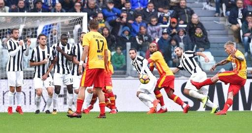 Benevento's Amato Ciciretti, right, scores a goal during the Italian Serie A soccer match between Juventus and Benevento at the Allianz Stadium in Turin, Italy, Sunday, Nov. 5 2017. (Alessandro Di Marco/ANSA via AP)