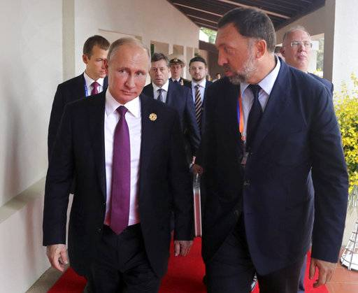Russia's President Vladimir Putin, left, and Russian metals magnate Oleg Deripaska, right, walk to attend the APEC Business Advisory Council dialogue in Danang, Vietnam, Friday, Nov. 10, 2017. (Mikhail Klimentyev, Sputnik, Kremlin Pool Photo via AP)