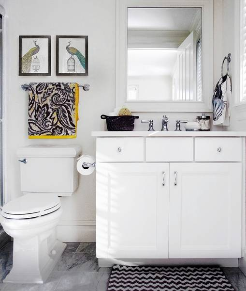 Painting bathrooms white with white cabinets allows you to decorate with fun and vibrant accessories such