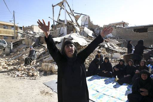 A woman mourns at an earthquake site in Sarpol-e-Zahab in western Iran, Tuesday, Nov. 14, 2017. Rescuers are digging through the debris of buildings felled by the Sunday earthquake in the border region of Iran and Iraq.