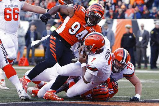 Cleveland Browns quarterback DeShone Kizer (7) dives in for a touchdown in the second half of an NFL football game against the Cincinnati Bengals, Sunday, Nov. 26, 2017, in Cincinnati. (AP Photo/Frank Victores)