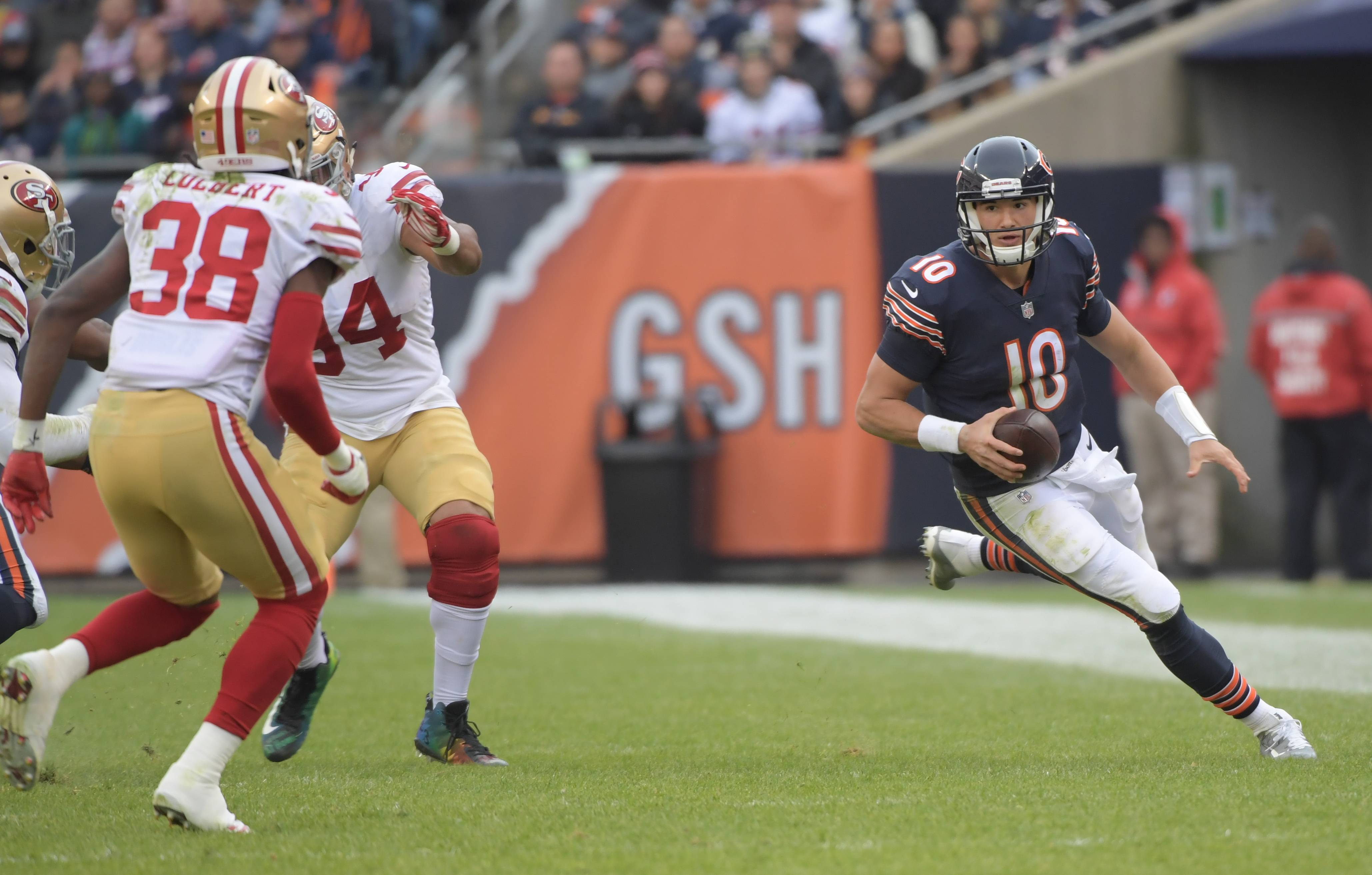 Mark Black/mblack@dailyherald.com Chicago Bears' quarterback Mitchell Trubisky (10) scrambles with the ball toward the sideline during the Bears 14-15 loss to the San Francisco 49ers at Soldier Field on December 3, 2017.
