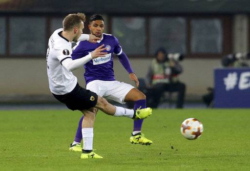 AEK Athens Michalis Bakakis, left, and Vienna's​ ​Ismael Tajouri-Shradir, challenge for the ball during the Europa League group D soccer match between FK Austria Wien and AEK Athens in Vienna, Austria, Thursday, Dec. 19, 2017.