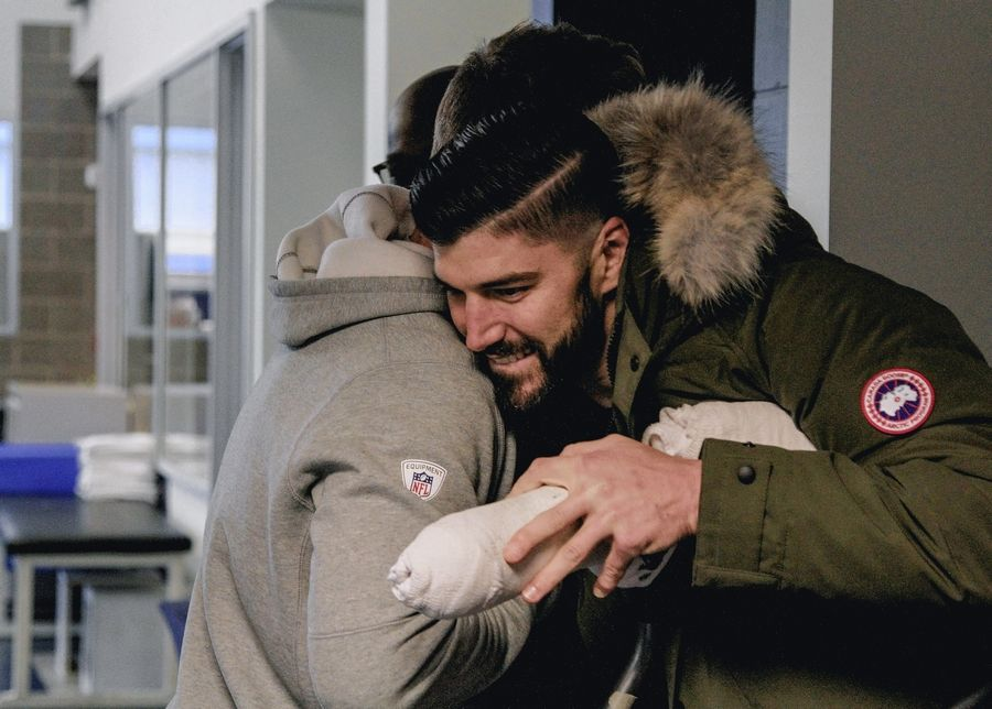 Chicago Bears tight end Zach Miller made an emotional return to Halas Hall on Monday.