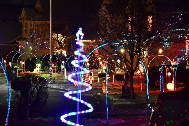 A whole block of South Elgin residents\' holiday lights: Get a 360 ...