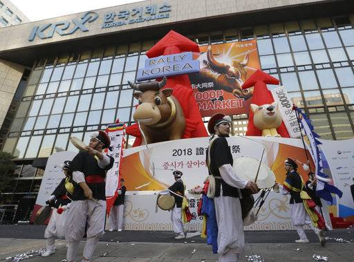 Dancers in traditional costumes perform to celebrate the opening of this year's trading at the Korea Exchange in Seoul, South Korea, Tuesday, Jan. 2, 2018. (AP Photo/Ahn Young-joon).