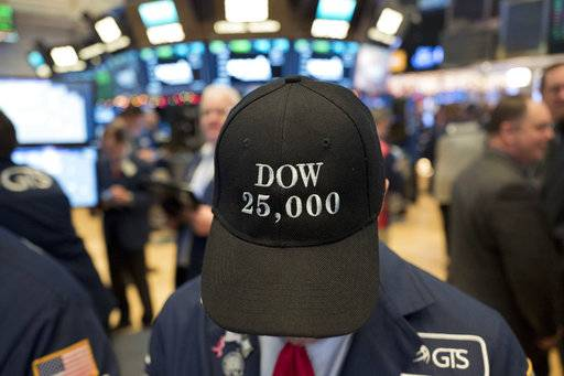 A stock trader wears a Dow 25,000 hat, Thursday, Jan. 4, 2018, at the New York Stock Exchange. The Dow Jones industrial average closed above 25,000 points for the first time, just five weeks after its first close above 24,000.