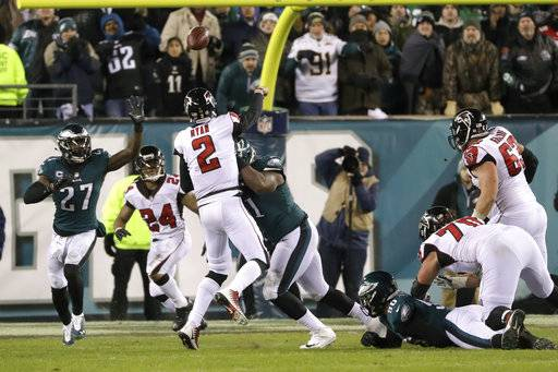 Atlanta Falcons' Matt Ryan (2) throws a touchdown pass to Devonta Freeman (24) during the first half of an NFL divisional playoff football game against the Philadelphia Eagles, Saturday, Jan. 13, 2018, in Philadelphia.