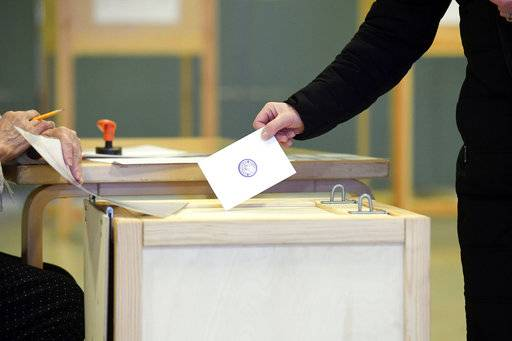A voter casts his ballot during the presidential elections at the Helsinki City Hall in Helsinki, Finland Sunday, Jan. 28, 2018. Finns are voting for a new president in an election that's expected to see the highly popular incumbent score a win during Sunday's first round. (Heikki Saukkomaa/Lehtikuva via AP)