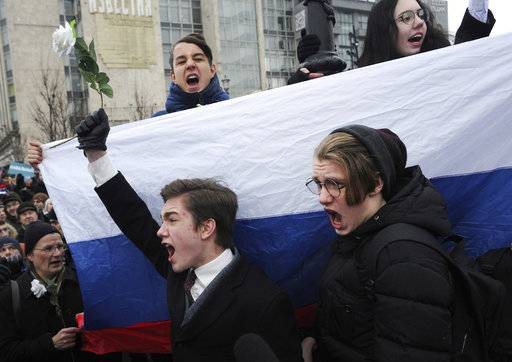 Protesters shout slogans during a rally in Moscow, Russia, Sunday, Jan. 28, 2018.  Opposition politician Alexey Navalny calls for nationwide protests following Russia's Central Election Commission's decision to ban his presidential candidacy in the March 18 election.