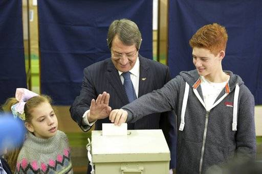 Cyprus' President and Cypriot Presidential candidate Nicos Anastasiades with his grandchildren votes during the presidential elections in the southern coastal city of Limassol, Cyprus, on Sunday, Jan. 28, 2018. Cypriots are voting for a new president they hope will overcome years of failure to resolve the island-nation's ethnic division and deliver more benefits from an economy on the rebound after a severe financial crisis.