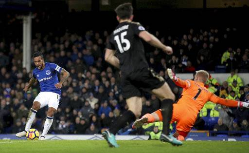 Everton's Theo Walcott scores his side's first goal of the game during their English Premier League soccer match against Leicester City at Goodison Park, Liverpool, England, Wednesday, Jan. 31, 2018. (Nick Potts/PA via AP)