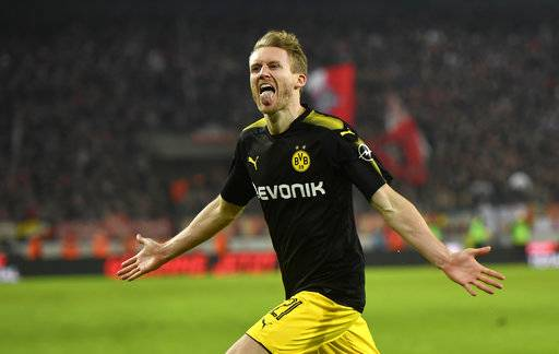 Dortmund's Andre Schuerrle celebrates after scoring the winning final goal during the German Bundesliga soccer match between 1. FC Cologne and Borussia Dortmund in Cologne, Germany, Friday, Feb. 2, 2018. Cologne was defeated by Dortmund with 2-3.