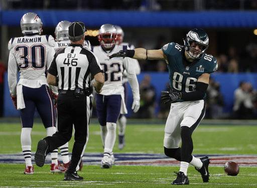 Philadelphia Eagles tight end Zach Ertz (86) reacts to a play, during the first half of the NFL Super Bowl 52 football game against the New England Patriots, Sunday, Feb. 4, 2018, in Minneapolis.