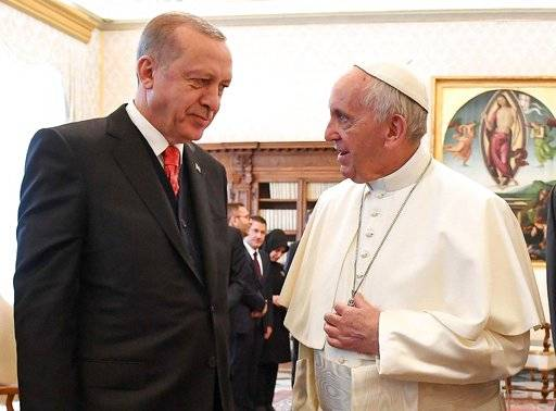 Turkish President Recep Tayyip Erdogan, left, meets with Pope Francis at the Vatican, Monday, Feb. 5, 2018. Erdogan is the first Turkish president to visit the Vatican in nearly six decades. Francis met with him during his 2014 trip to Istanbul. (Alessandro Di Meo/Pool photo via AP)