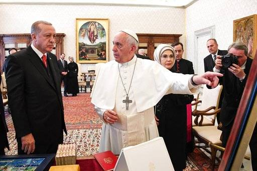 Turkish President Recep Tayyip Erdogan, left, and his wife Emine, right, meets with Pope Francis at the Vatican, Monday, Feb. 5, 2018. Erdogan is the first Turkish president to visit the Vatican in nearly six decades. Francis met with him during his 2014 trip to Istanbul. (Alessandro Di Meo/Pool photo via AP)