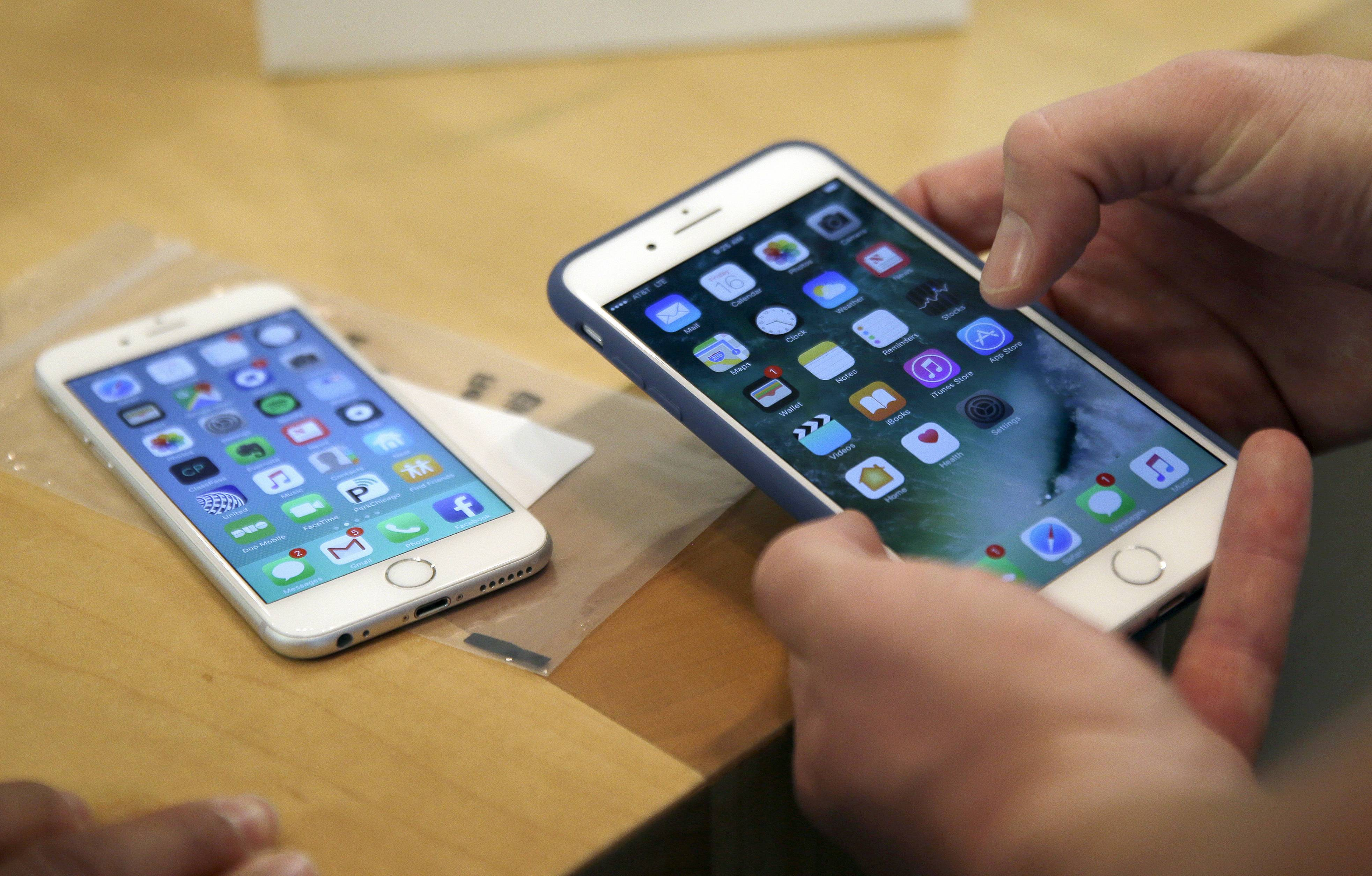 Some people across the country are reporting that they're having a tough time getting their iPhone batteries replaced through Apple's battery replacement program that launched after the company admitted that it slows down phones with older batteries to preserve the phones' performance.