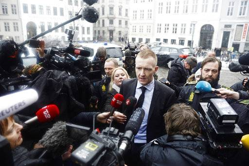 Prosecutor Jakob Buch-Jepsen, centre,  arrives at the courthouse where the trial of Danish inventor Peter Madsen, charged with murdering and dismembering Swedish journalist Kim Wall aboard his homemade submarine begins, in Copenhagen, Thursday, March 8, 2018. (Mads Claus Rasmussen/Ritzau via AP)