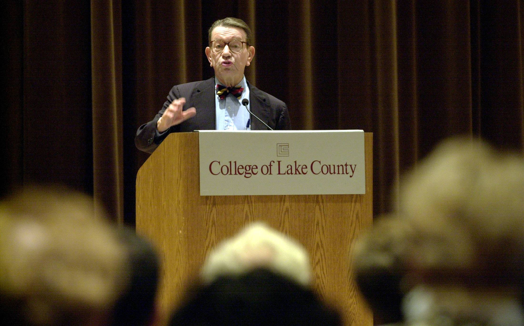 Former U.S. Sen. Paul Simon gives a speech in 2002 at the College of Lake County in Grayslake.