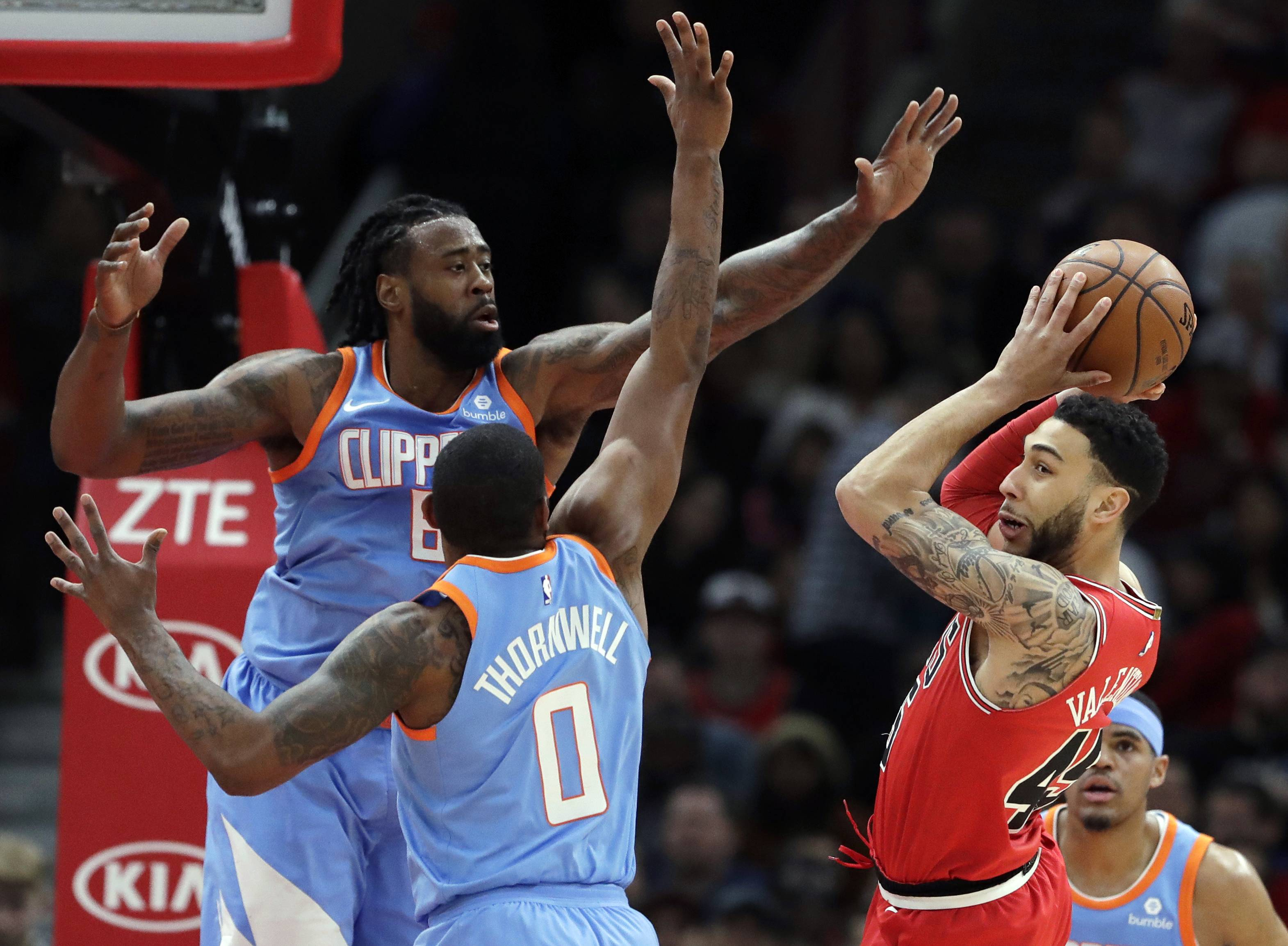 Chicago Bulls guard Denzel Valentine, right, looks to pass against Los Angeles Clippers forward Sindarius Thornwell (0) and center DeAndre Jordan during the first half of an NBA basketball game, Tuesday, March 13, 2018, in Chicago. (AP Photo/Nam Y. Huh)
