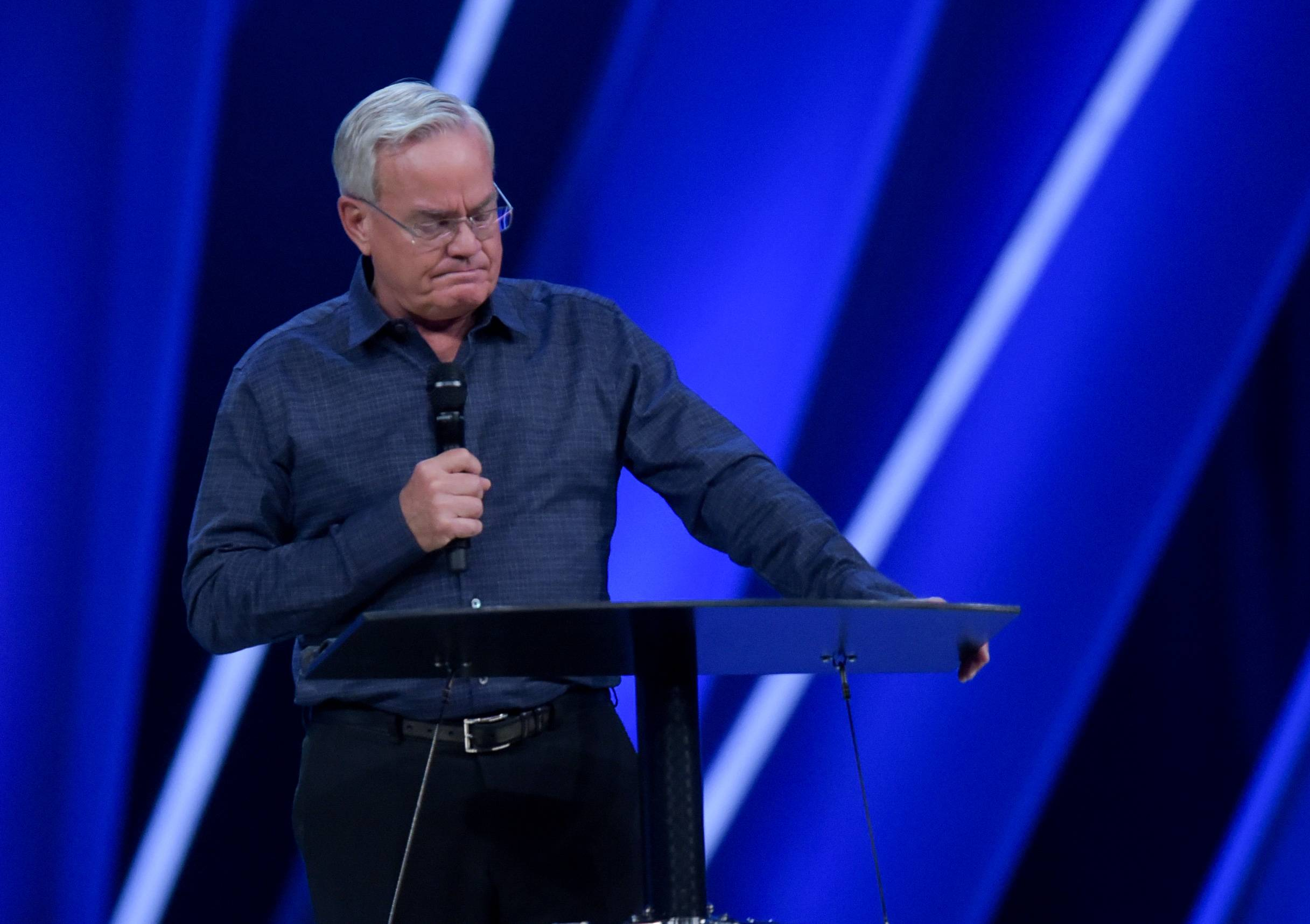 Senior Pastor Bill Hybels of Willow Creek Community Church announced Tuesday that he is stepping down.