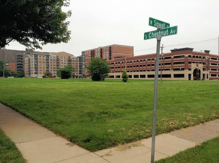 Arlington Heights trustees on Monday discussed what should be done with the southern portion of a vacant block on the edge of downtown.