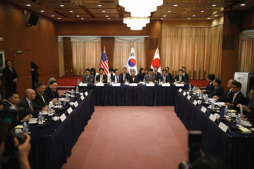 U.S. Secretary of State Mike Pompeo, third from left, South Korean Foreign Minister Kang Kyung-wha, center, and Japanese Foreign Minister Taro Kono, second from right, attend their meeting at Foreign Ministry in Seoul, South Korea, Thursday, June14, 2018. (Kim Hong-ji/Pool Photo via AP)