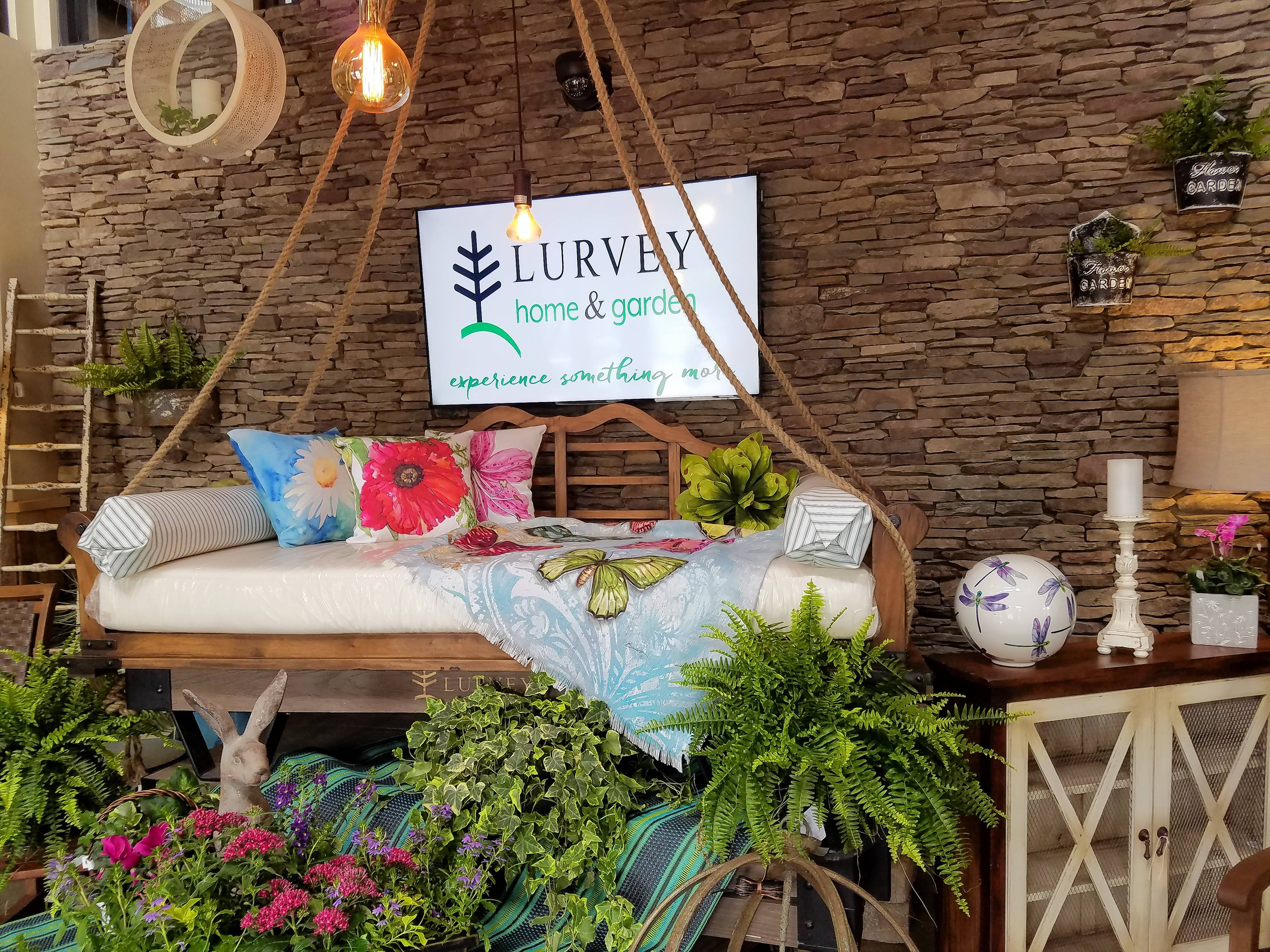 Charmant This Day Bed Hangs From Ropes And Can Give Your Porch A Wonderful, Lazy