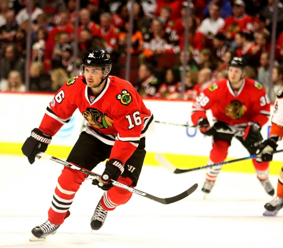 Marcus Kruger (16) is back with the Chicago Blackhawks after spending last season with Arizona and its AHL club.