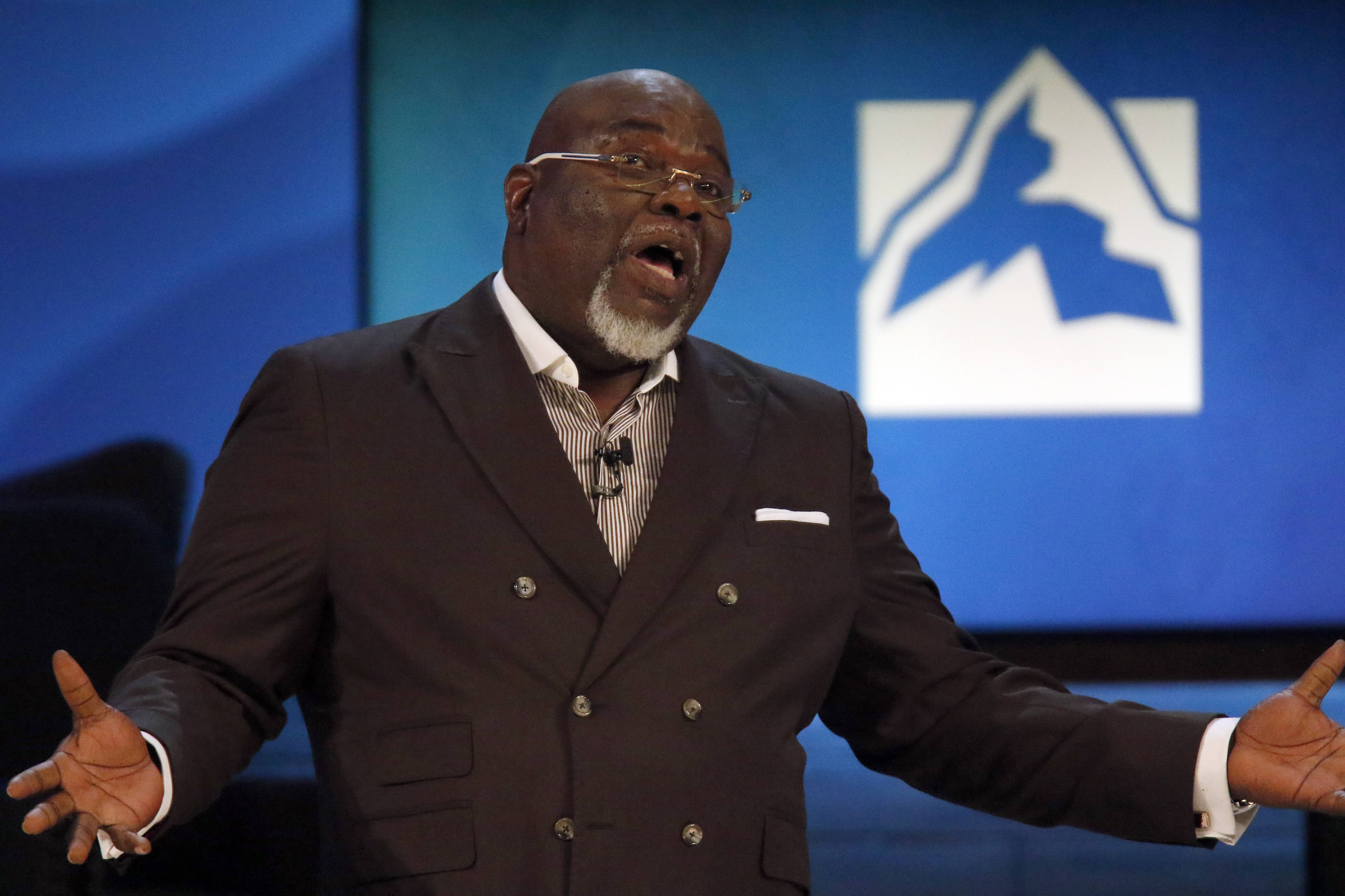 Bishop T.D. Jakes, senior pastor of the 30,000-member The Potter's House church in Dallas, provides inspiration for places fighting problems at the 23rd annual Global Leadership Summit at Willow Creek Community Church last week in South Barrington.