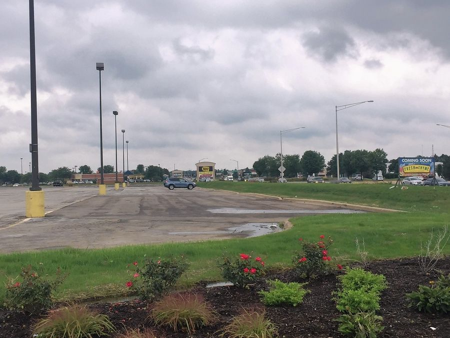 The Oberweis Group wants to put a dairy store, hamburger restaurant and pizzeria, all under one roof, on this outlot in the Fabyan Crossing shopping center on Randall Road in Geneva.
