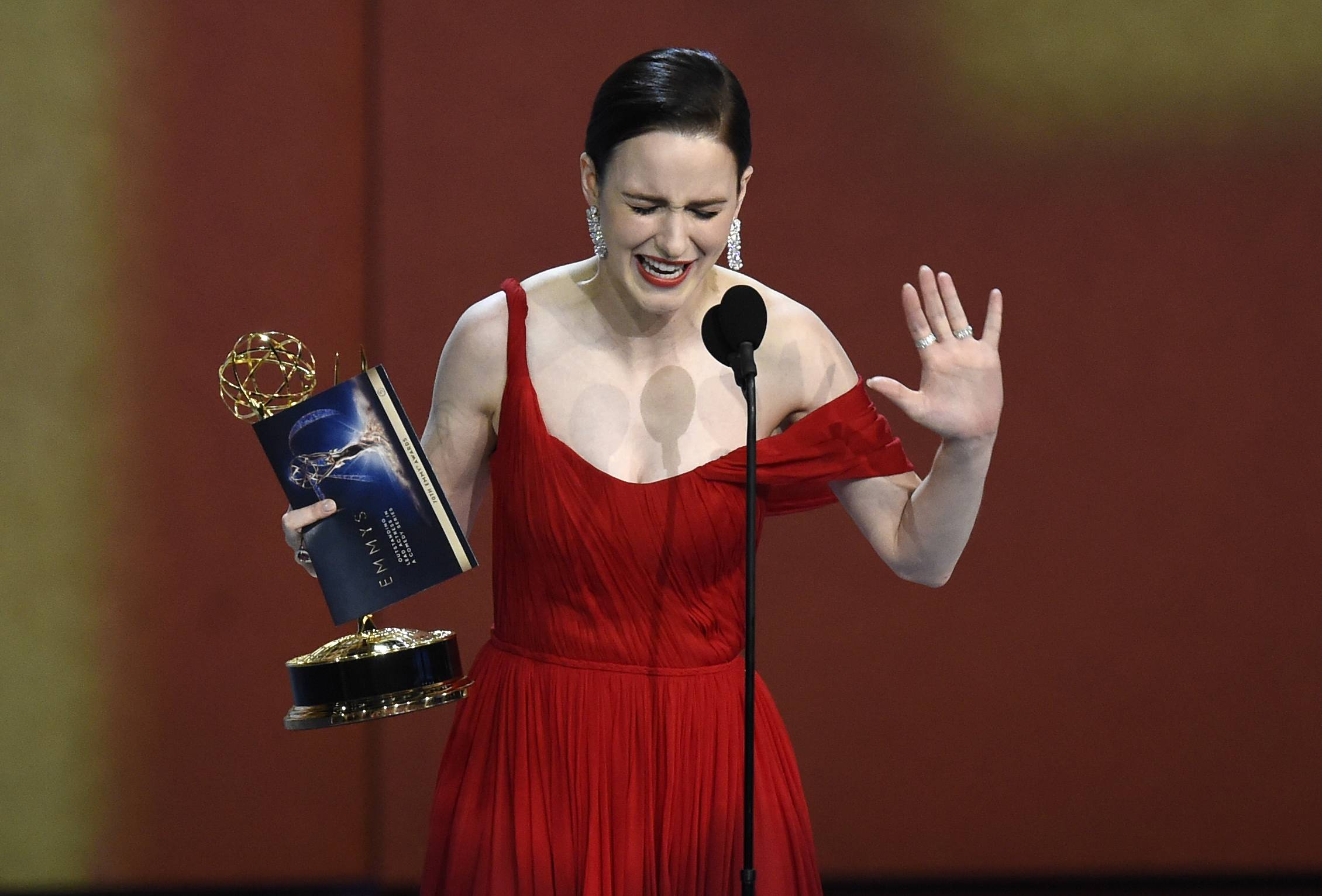 "Rachel Brosnahan accepts the award for outstanding lead actress in a comedy series for ""The Marvelous Mrs. Maisel"" at the 70th Primetime Emmy Awards on Monday, Sept. 17, 2018, at the Microsoft Theater in Los Angeles. (Photo by Chris Pizzello/Invision/AP)"