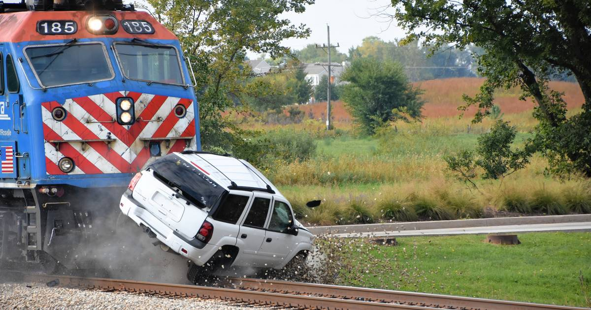 flipboard goodbye suv metra video of staged crash shows why trains always win. Black Bedroom Furniture Sets. Home Design Ideas