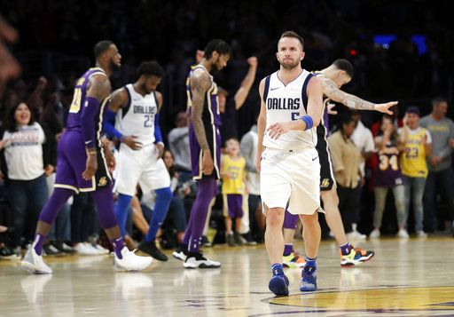 James' free throw gives Lakers 114-113 win over Mavericks