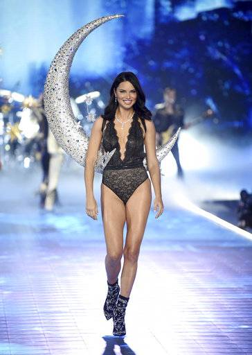 Adriana Lima walks the runway during the 2018 Victoria's Secret Fashion Show at Pier 94 on Thursday, Nov. 8, 2018, in New York. (Photo by Evan Agostini/Invision/AP)