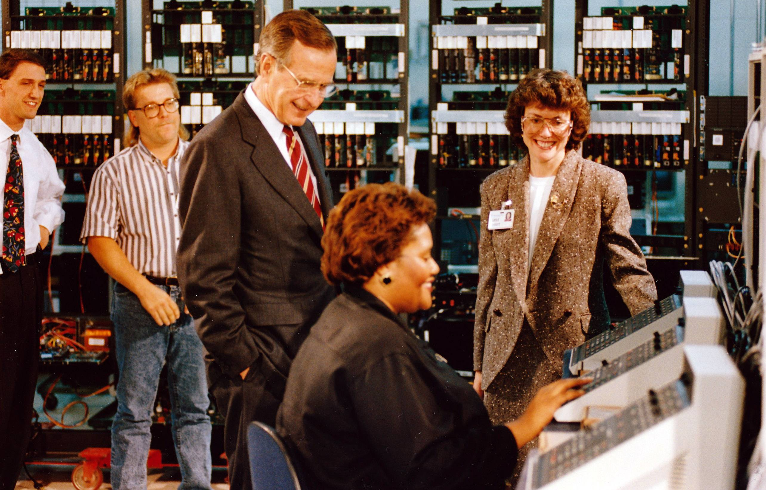 President George Bush watches as Motorola technician Lue Ann Johnson of Elgin demonstrates a piece of equipment in the Schaumburg plant Sept. 26, 1992.