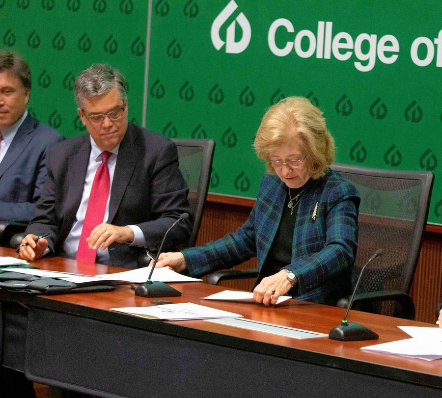 Illinois Tech Provost Peter Kilpatrick and College of DuPage President Dr. Ann Rondeau sign an admission agreement providing COD graduates guaranteed access to Illinois Tech's highly-regarded programming.