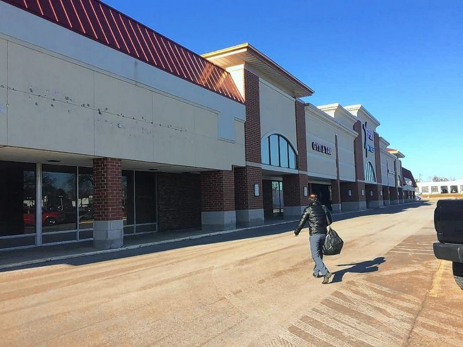 An XGolf franchise is being proposed for an empty spot, left, in the Greentree shopping center on Milwaukee Avenue in Libertyville.