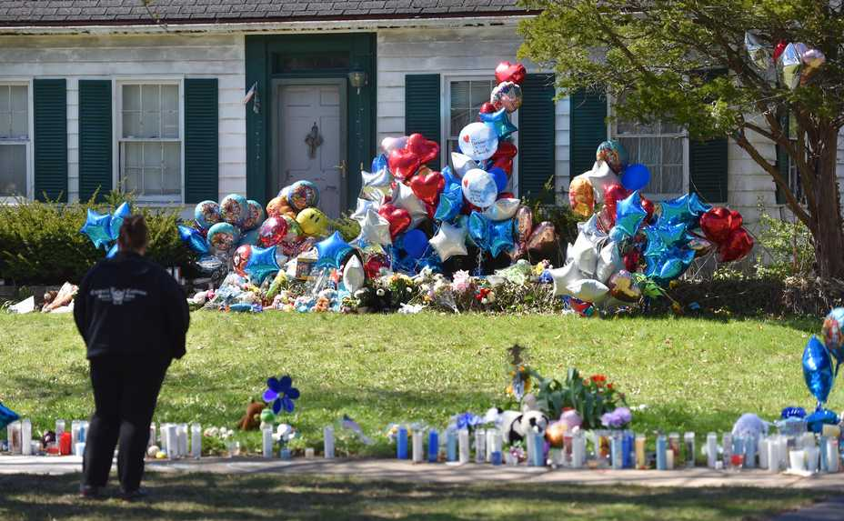 """196e5590689d Mourners stop at the home of Andrew """"AJ"""" Freund Friday on Dole Avenue in"""