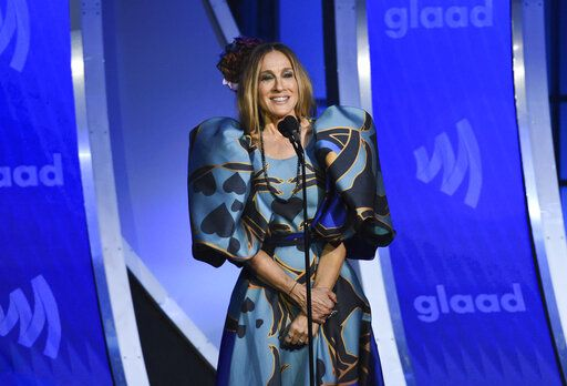 Actress Sarah Jessica Parker presents the Vito Russo award to Andy Cohen at the 30th annual GLAAD Media Awards at the New York Hilton Midtown on Saturday, May 4, 2019, in New York. (Photo by Evan Agostini/Invision/AP)